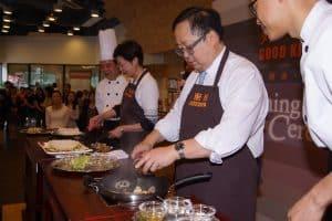 李國棟醫生與時任政務司司長林鄭月娥一起烹調美食