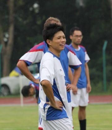 韓方光醫生在足球場上